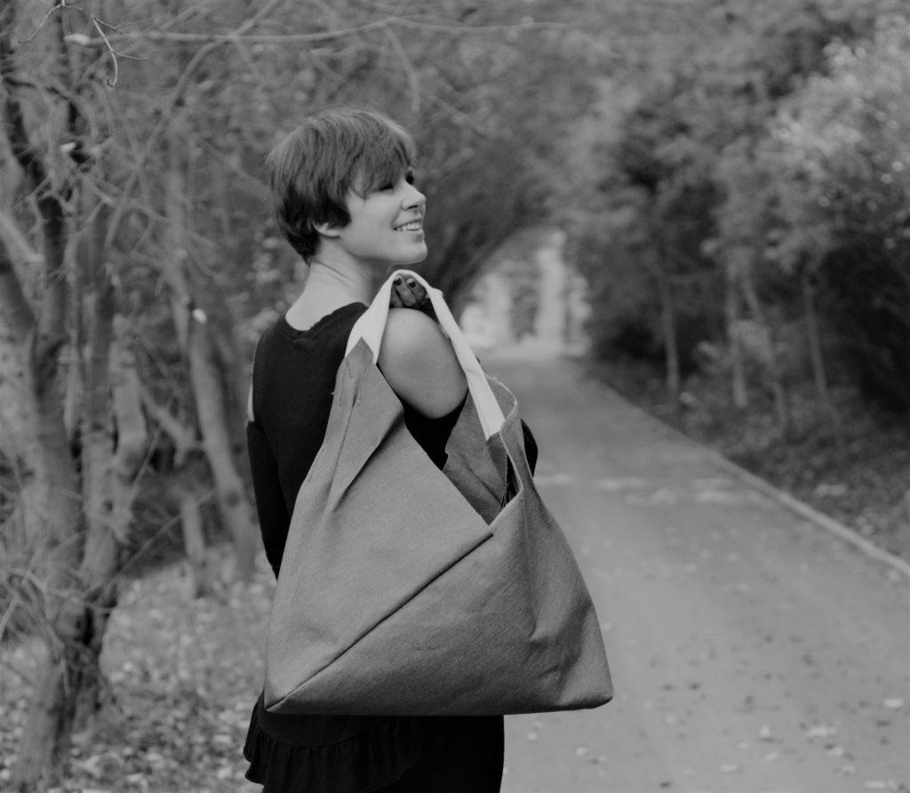 Justyna z torbą lnianą z serii origamibag