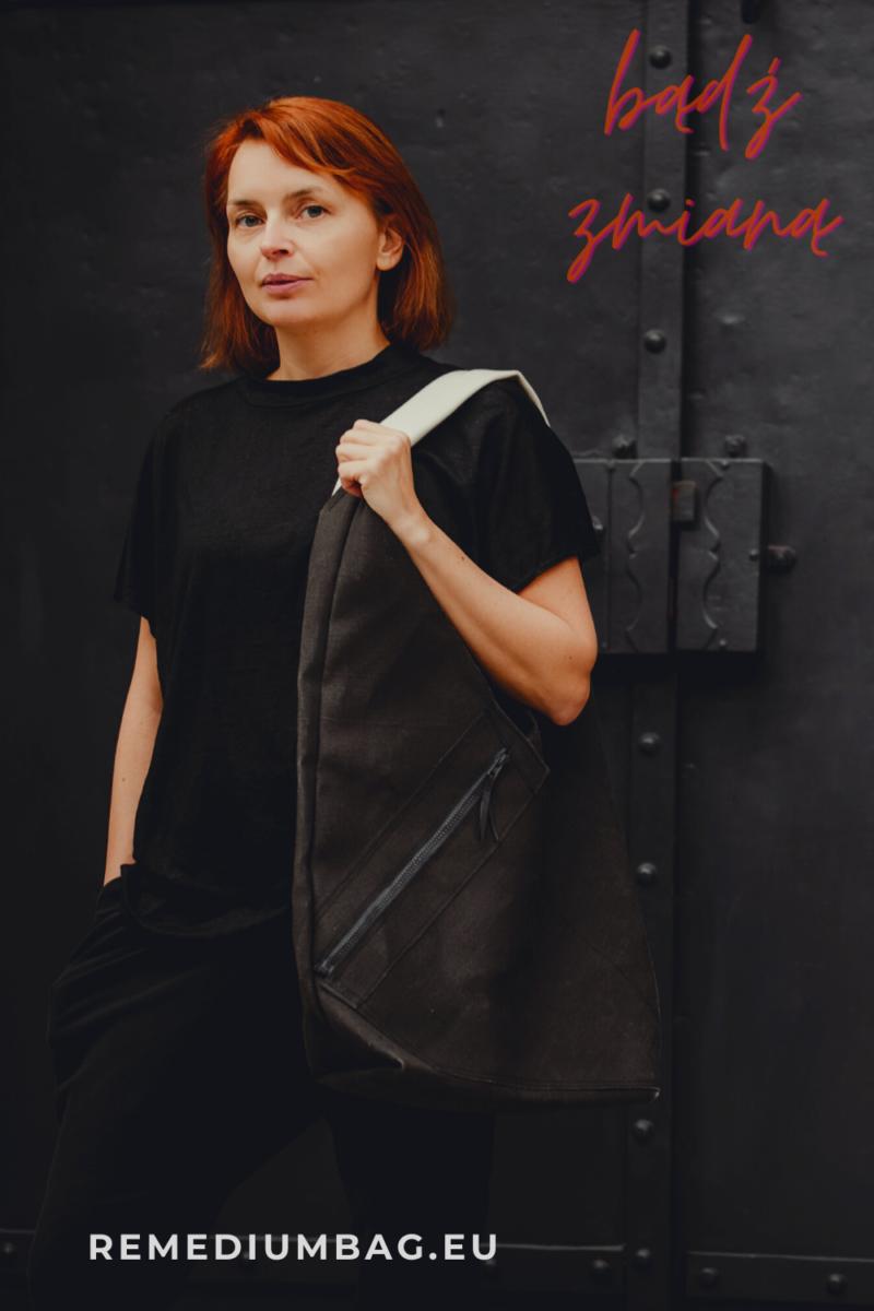 Torba z czarnego lnu na jasnym lnianym pasku. Duża torba na ramię. Len jest naturalnym i etycznym materiałem - alternatywą do konwencjonalnej bawełny czy skóry.
