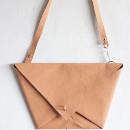 cynamonowa kopertówka w kształcie koperty - trapezu wykonana z washpapy - specjalnego materiały jak papier, który można prać i prasować