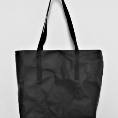 duża czarna torba z papieru do szycia i prania, o kroju szoperki, z szerokim bokiem. Ucha torby są wykonane z czarnej taśmy konopnej. Na prawdę duża!