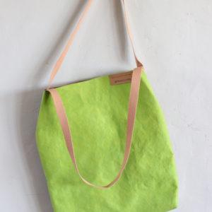 torba z papieru zielona i orzech