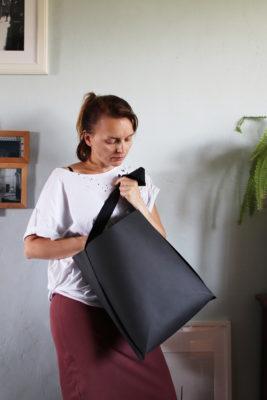 czarna minimalistyczna torba z papieru do szycia