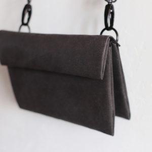 mała torebka podwójna z papieru do szycia i prania. Torebka na odpinanym pasku i na szlufkach, co umożliwa różne sposoby noszenia - również na biodrach.