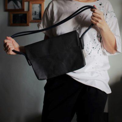 czarna torebka kopertowa na linie