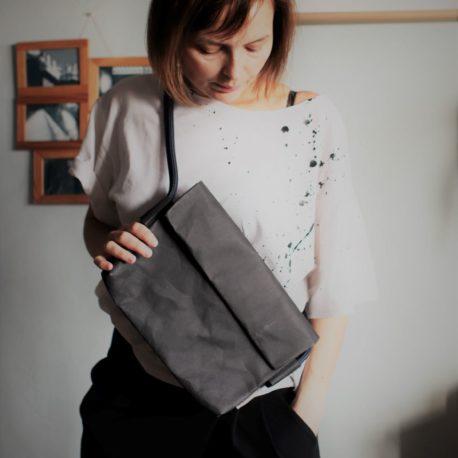 czarna torebka kopertowa z washpapy