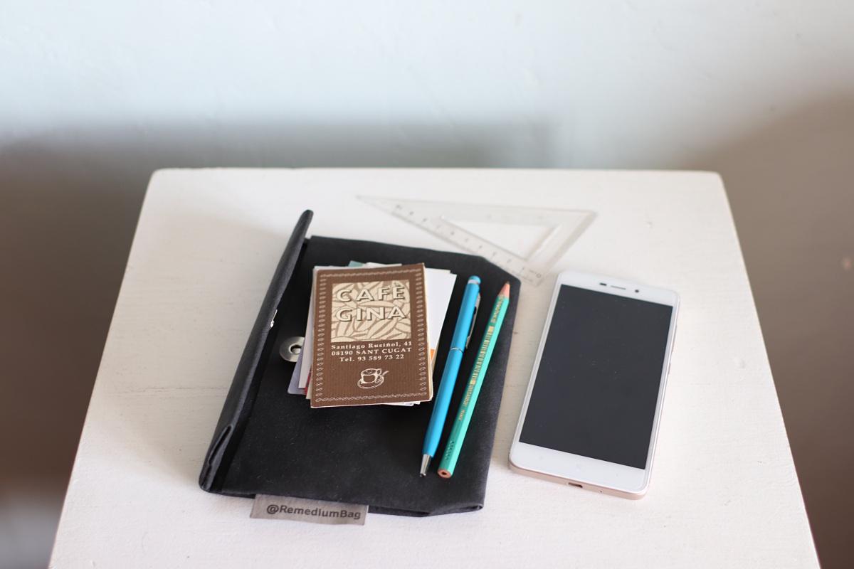 akcesoria do torby: saszetka z papieru pomieści dokumenty i telefon. Można ją nosić również na pasku, ponieważ posiada odpowiednią szlufkę na pasek.