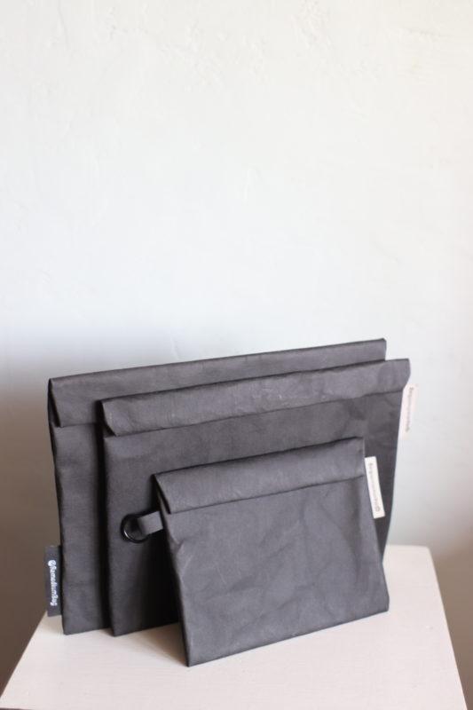 teczka jak z papieru - na zdjęciu komplet czarnych teczek z papieru od mniejszej na telefon i dokumenty, przez średnią mieszczącą rozmiar A5 do większej o rozmiarze A4