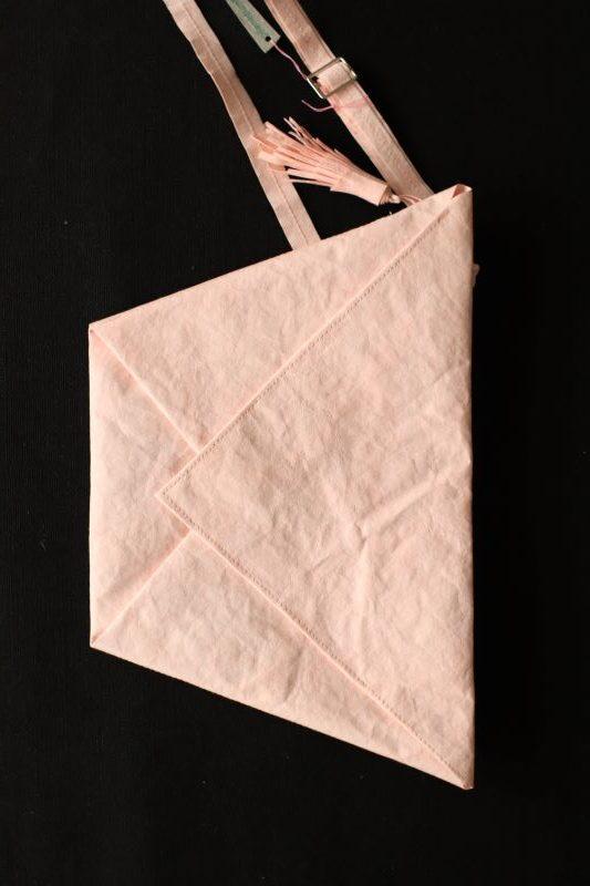blado różowa kopertówka w kształcie koperty - trapezu wykonana z washpapy - specjalnego materiały jak papier, który można prać i prasować