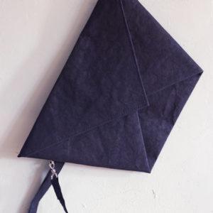 granatowa kopertówka z materiały jak papier o strukturze skóry