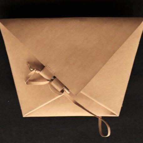 kopertówka w kształcie koperty - trapezu wykonana z washpapy - specjalnego materiały jak papier, który można prać i prasować