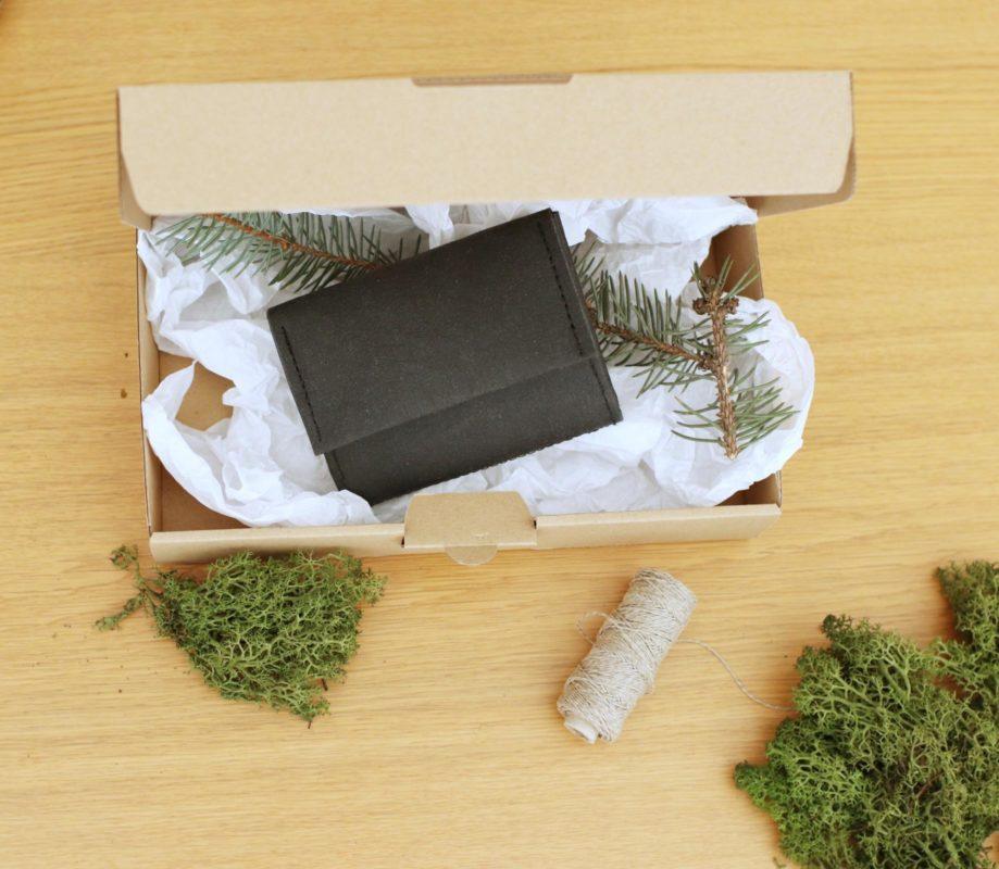 pakujemy produkty - opakowanie ekologiczne to tutaj papier powtórnego użycia do środka (jest to gnieciona bibułka) oraz tekturowe pudełko.