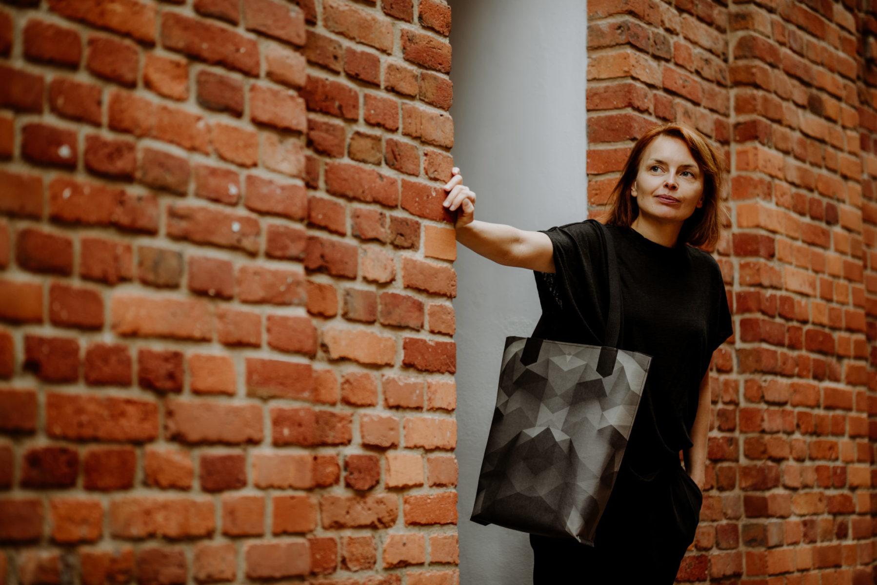 Duża prosta torba wegańska z papieru z printem grafitowym. Torba na ramie z dwoma uchami.