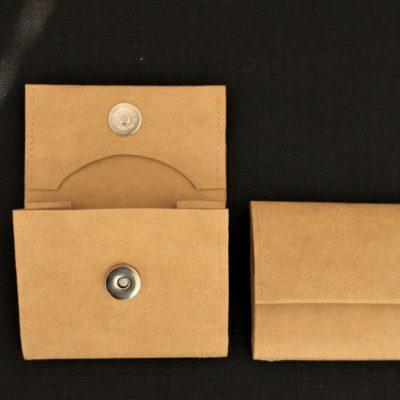 wegański portfel z papieru który można prać i prasować. W kolorze skorupki orzecha włoskiego.