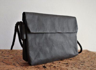 średnia torebka - kopertówka podwójna - na ramię z podwójną komorą - pomieści więcej. Torebka w kolorze czarnym z materiały jak papier, który można prać i prasować. Torebka na linie żeglarskiej w kolorze czarnym. Linę tworzy dwa uchwyty którem można regulować.