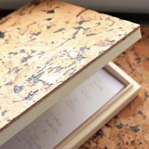 duży drewniany przybornik na biurko z pokrywą z korka naturalnego. Płaski pojemnik z klapką pomieści format A4, notatki, karteczki, długopisy, czy tablet.