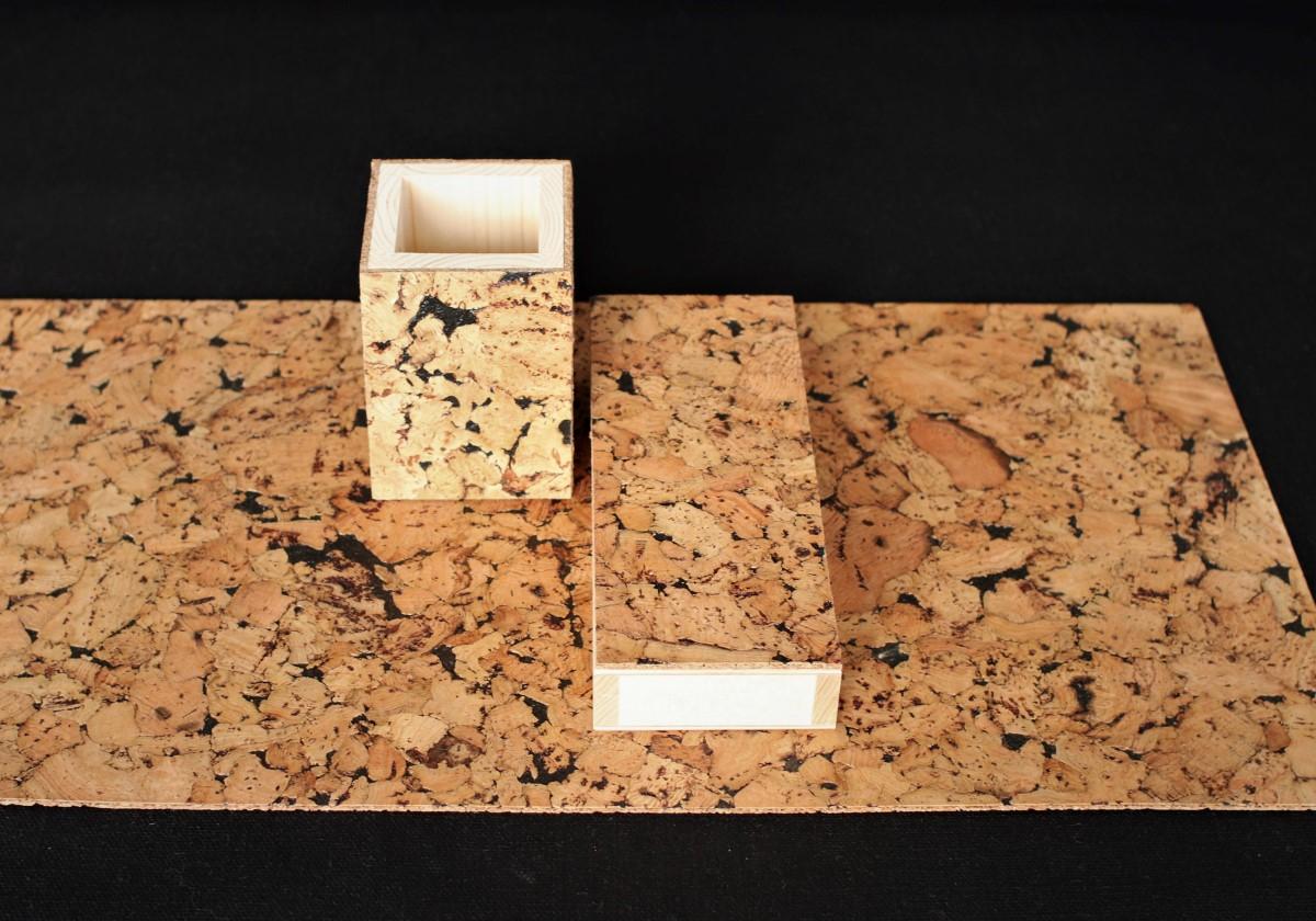 zestaw na biurko składający się z drewnianego piórnika, drewnianego pojemnika na długopisy, oraz korkowej podkładki na biurko. Przybory wykończone są naturalnym korkiem miłym w dotyku.
