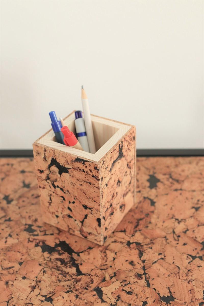 prostokątne drewniane pudełko na długopisy pokryte naturalnym korkiem. Korek w odcieniach brązowo-czarnych o satynowym woskowym wykończeniu, bardzo miłym w dotyku.