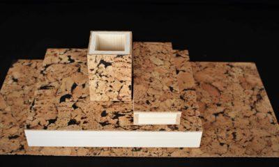 duży zestaw na biurko do pracy z domu. Jest to drewniany piórnik, drewniane pudełko A4, pojemnik na długopisy oraz korkowa podkładka. Wszystkie przedmioty wykończone są ozdobną warstwą naturalnego korka.