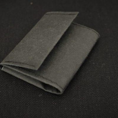 portfel wegański czarny jak z papieru, który można jednak prać. Prosty portfel na karty monety i banknoty