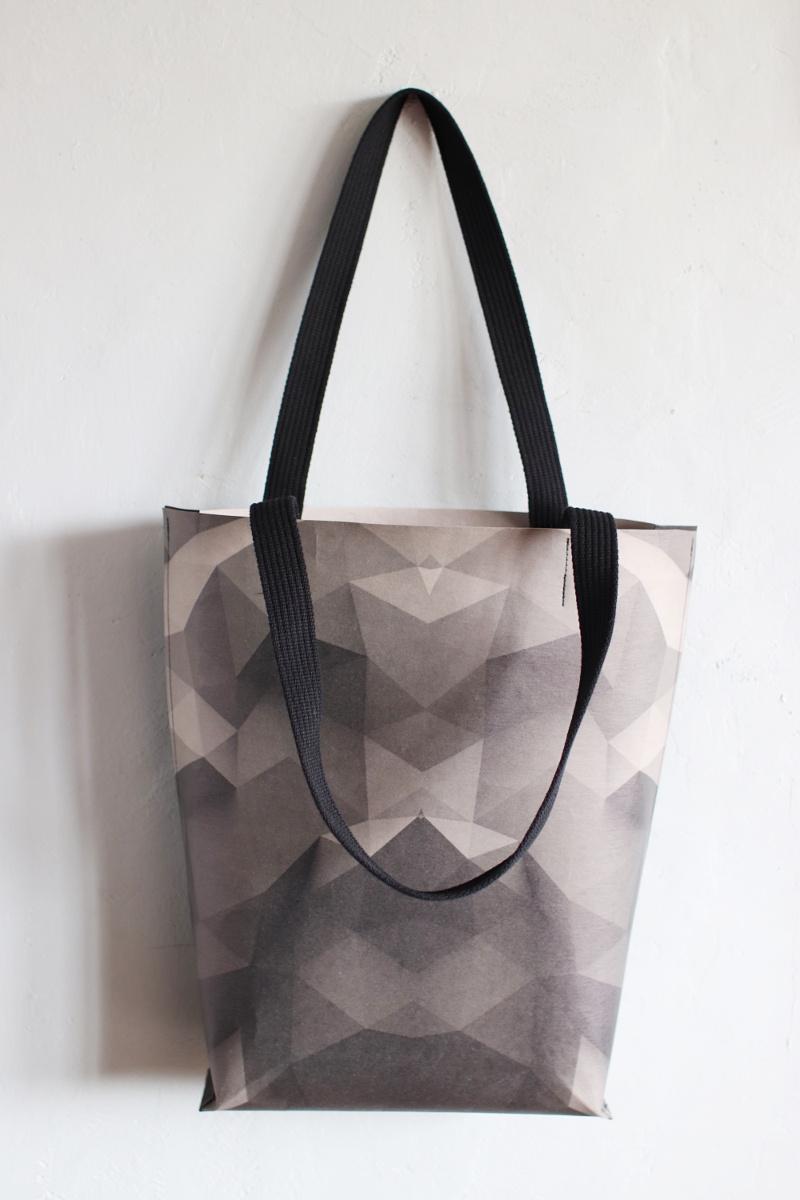 duża szaro grafitowa torba z papieru do szycia i prania, o kroju szoperki, z szerokim bokiem. Ucha torby są wykonane z czarnej taśmy bawełnianej . Naprawdę duża!