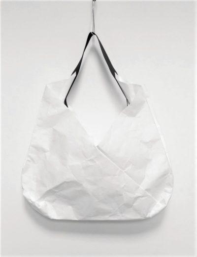Duża otwarta torba na ramię inspirowana origami. Wykonana z paieru syntetycznego - Tyveku - który gniecie się i szeleści i to jest właśnie jego wyjątkowy wygląd.