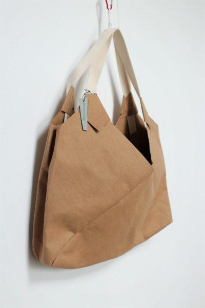 wegańska torba z papieru do szycia, który można prać i prasować. Duża to torba miejska do noszenia na ramię. Kolor skorupki orzecha włoskiego