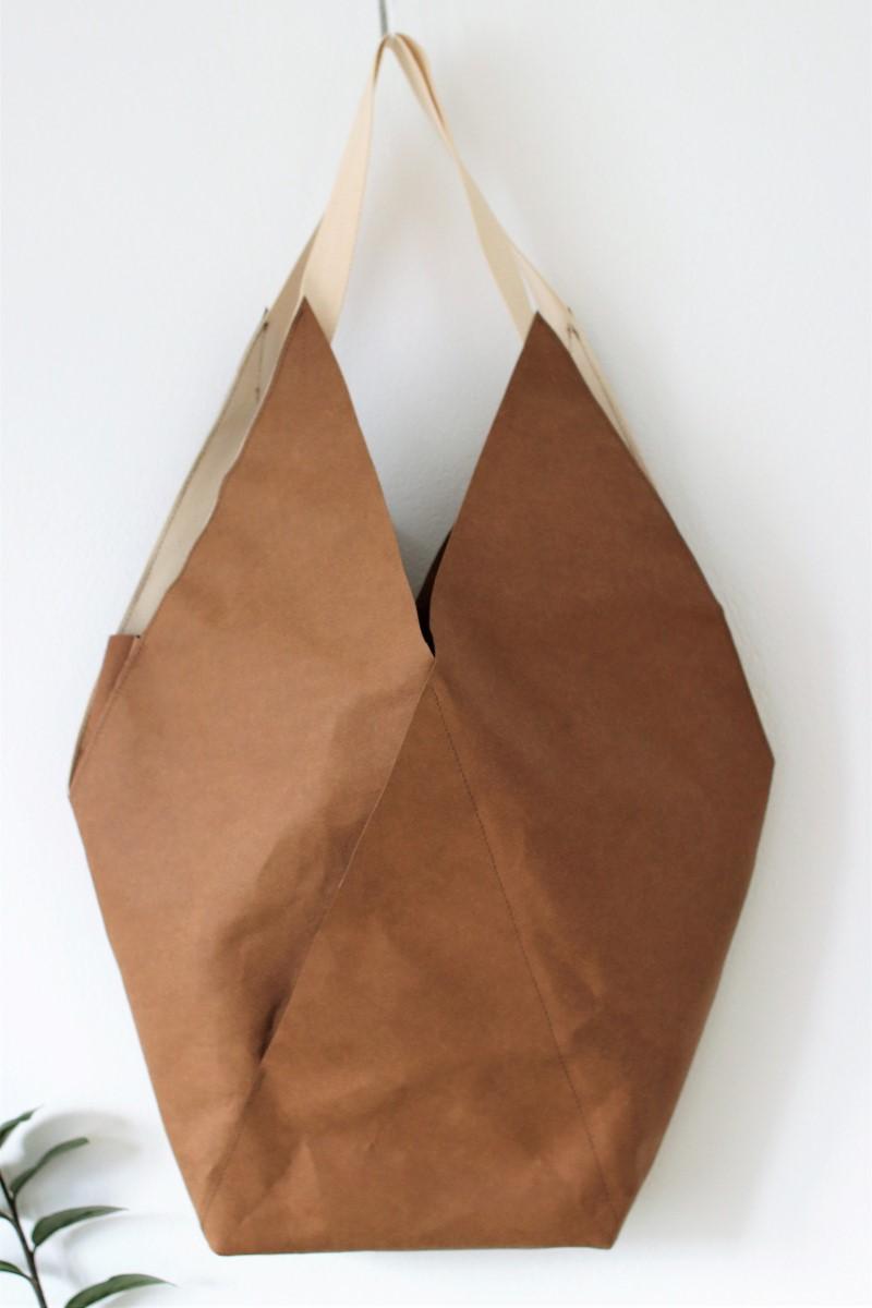 Duża podłużna torba z papieru na ramię, ze specjalnego papieru, który można prać i prasować. Torba w kolorze toffi.