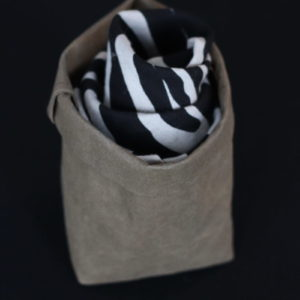 chusta lniana we wzór zebry - czarne podłużne faliste pasy na naturalnym lnianym tle