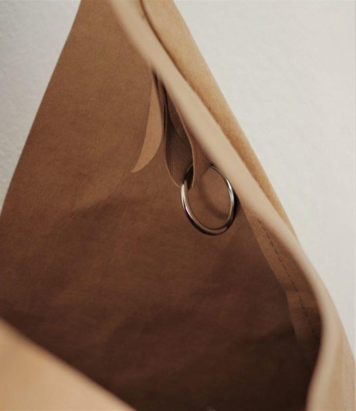 torba z papieru jest otwarta, a w środku znajduje się kółko metalowe do wpinania akcesoriów