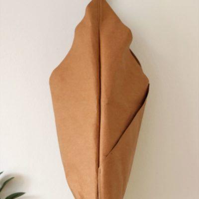 większa torba wegańska na ramię w stylu hobo w kolorze karmelowym na czarnym pasku