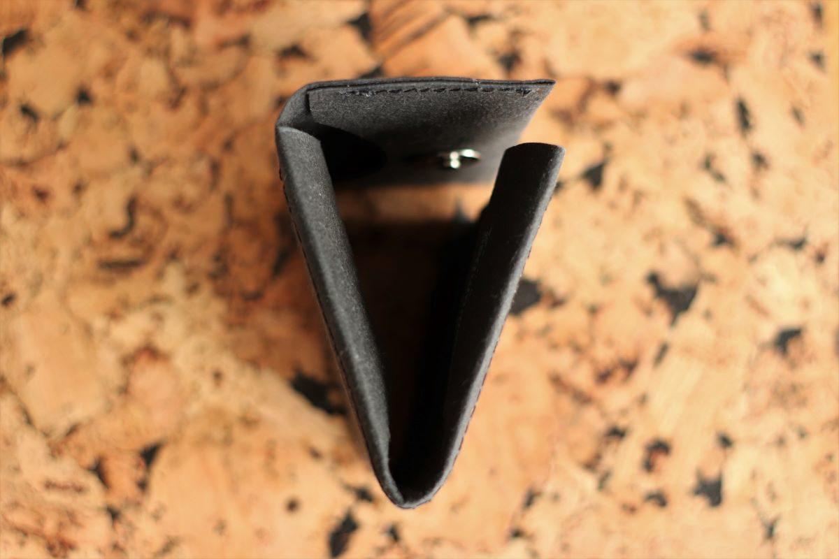 portfel wegański z czarnej washpapy na korkowym tle