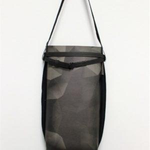 smukła mniejsza torba z papieru na ramię typu szoperka. Unikalna z powodu niepowtarzalnego grafitowego printu.