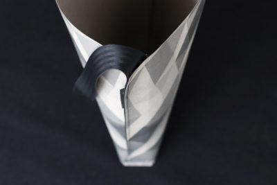 Duża torba z papieru z szarym printem na całej powierzchni, na czarnym pasku. Do noszenia na ramieniu..