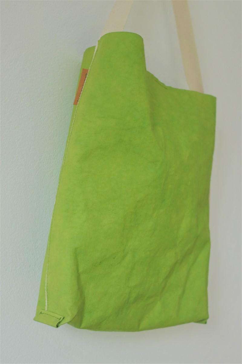 zielona torba z apieru typu szoperka. Kolor jasnozielony - odcień młodego orzecha włoskiego.