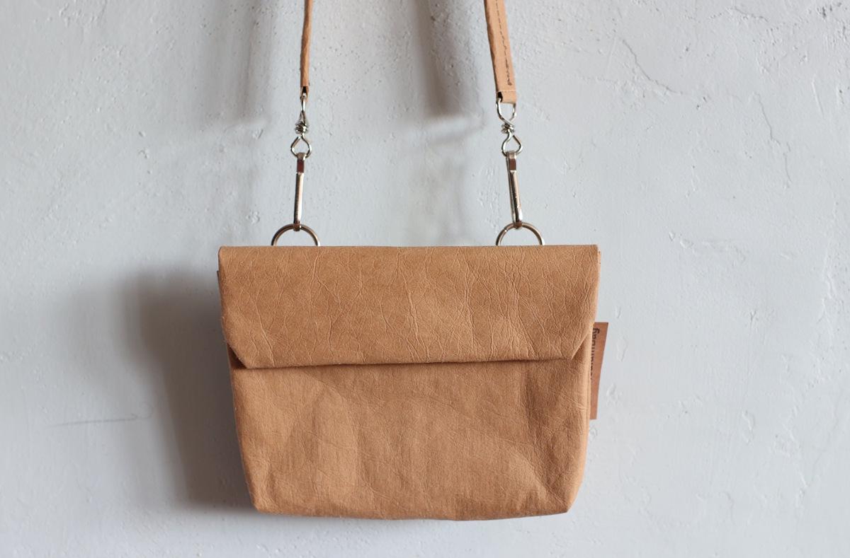 torebka podwójna orzechowa - dwie kieszonki pomieszczą telefon i dokumenty i chusteczki. Można nosić również na pasku na biodrach.