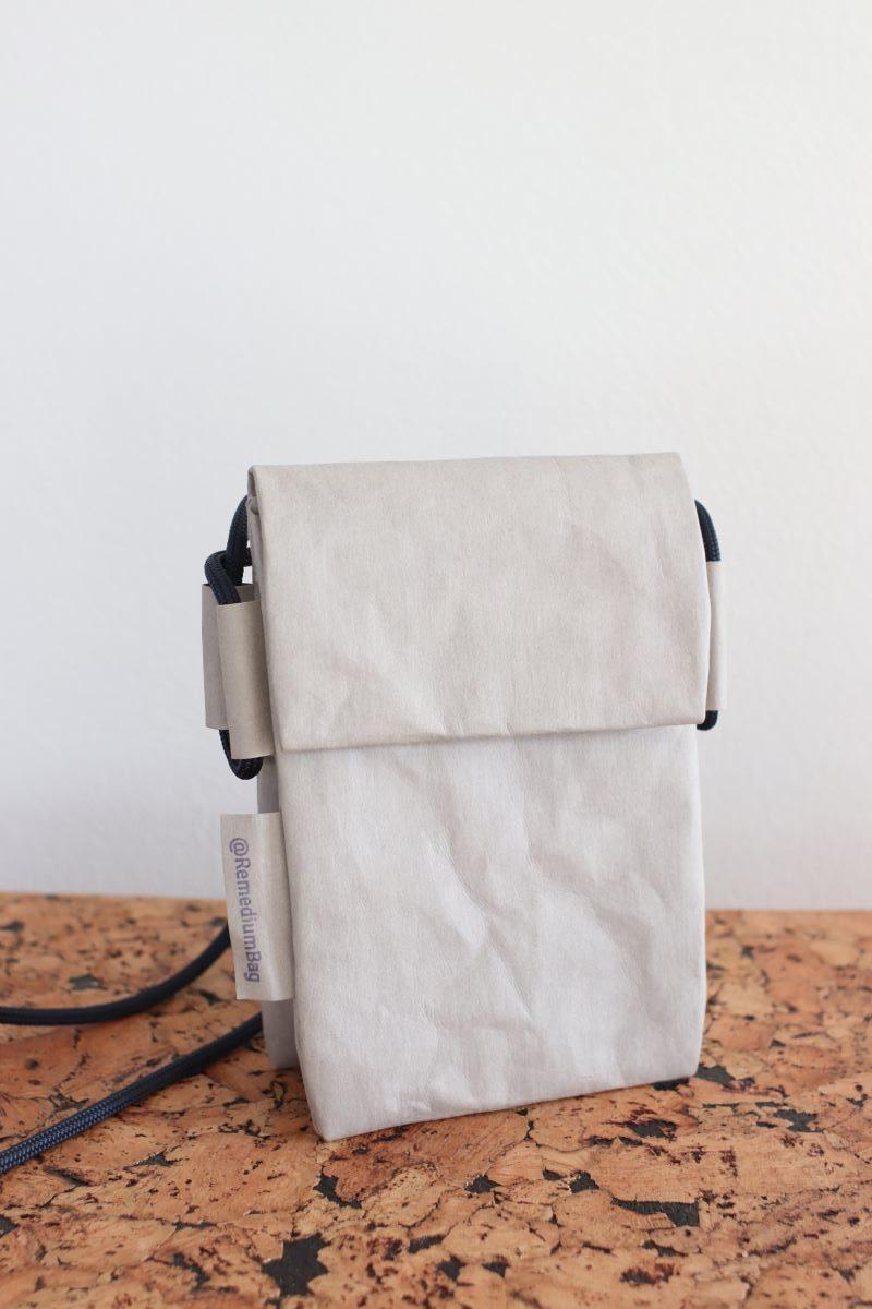 mniejsza podwójna torebka z papieru do szycia, który można prać i prasować. W kolorze jasnym szarym na grunszej granatowej linie żeglarskiej.