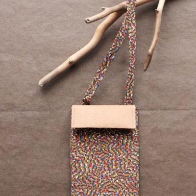 Korkowa mini torebka na telefon i karty. Korek z kolorowymi drobinkami - bardzo drobna nieregularna mozaika