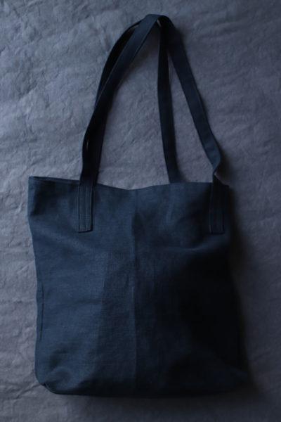 Czarna torba lniana Czarny Bez - torba duża w rodzaju torby na zakupy z dwoma dość długimi uchwytami również lnianymi. Tło grafitowe.