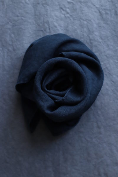 czarna chusta lniana na grafitowym tle