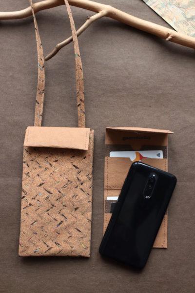 korkowa mini torebka na telefon z wkładką na karty i dokumenty. Zapinana klapką na magnesik. Dla porównania duży telefon.
