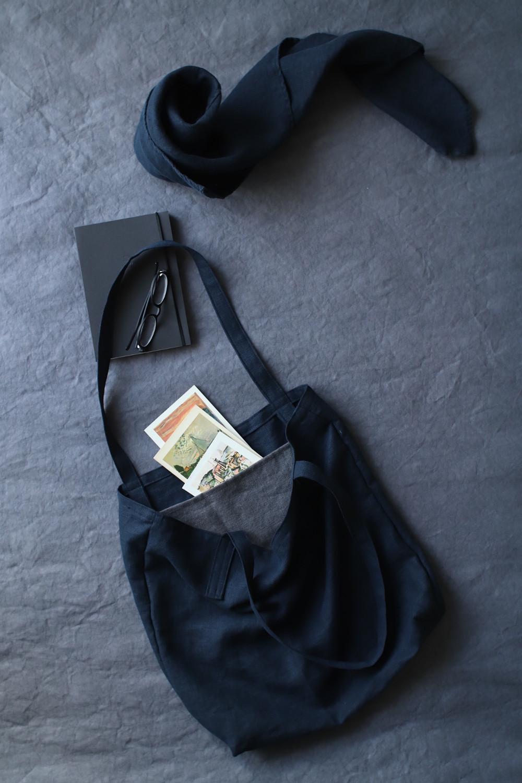 czarny len w kolekcji - torba lniana typu shopper bag i chusta lniana w kompozycji na grafitowym tle